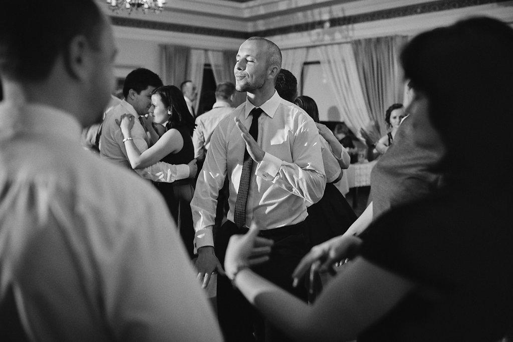 Ślubna fotografia - Reportaż w czerni i bieli